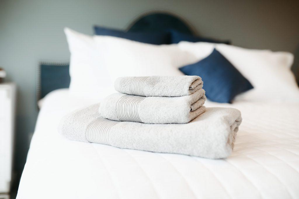 Cama con toallas blancas