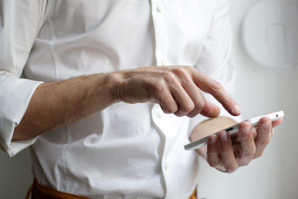 Hombre utilizando teléfono móvil.